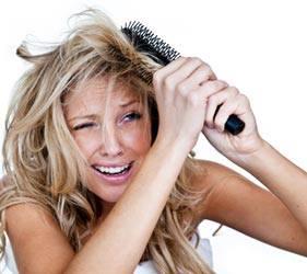 mulher que escova o cabelo